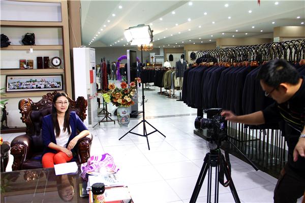 青岛市妇联为乐好英超标志服崔玉波女士拍摄