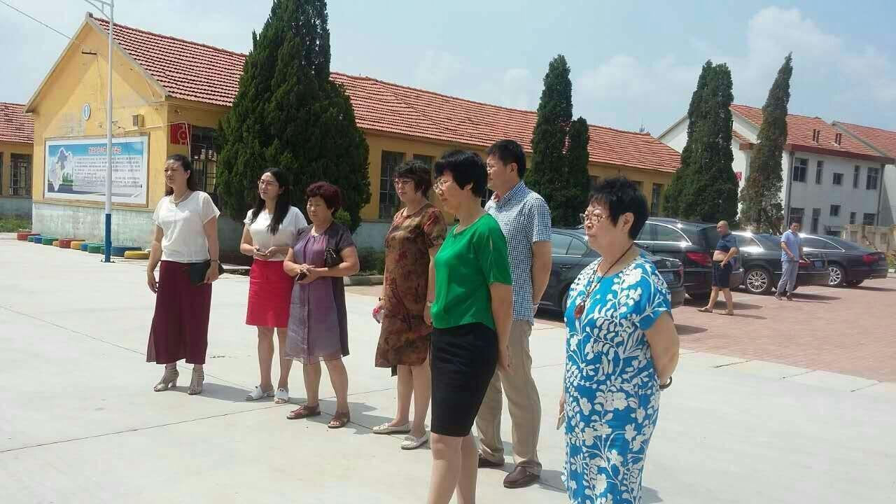 三届妇联主席、人大副主任、政协副主席带着女企业家参观乡镇发展